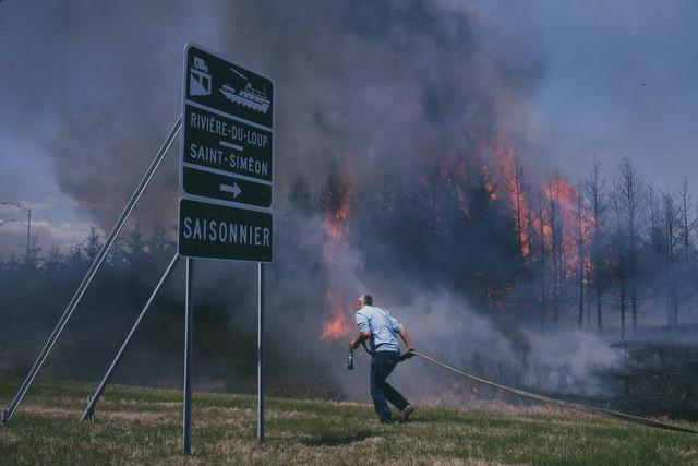 Incendie le long de l'autoroute 20