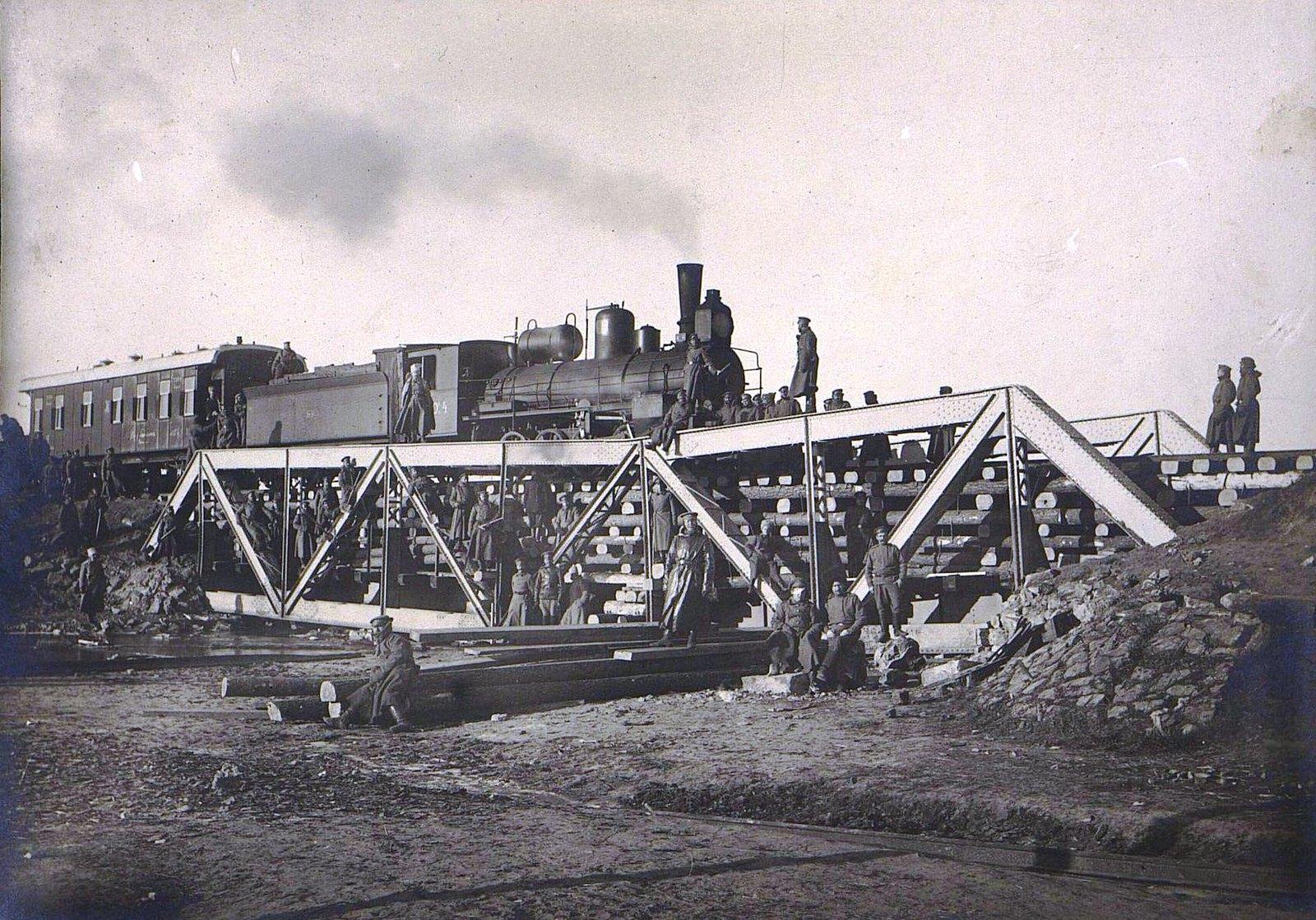 11. Испытание пятнадцатисаженного моста на 104-й версте через реку Лососину, восстановленного 2-й ротой за шесть дней. 8.12
