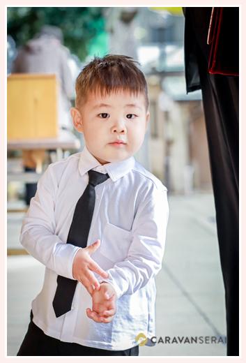 お兄ちゃんの七五三に来た弟君 白のシャツに黒のネクタイ