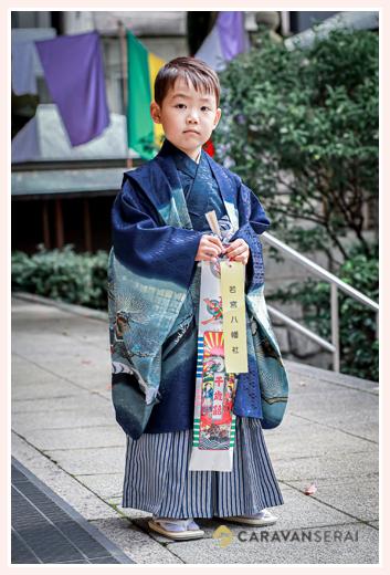 若宮八幡社へ七五三まいり 千歳飴を持ってポーズ 記念写真