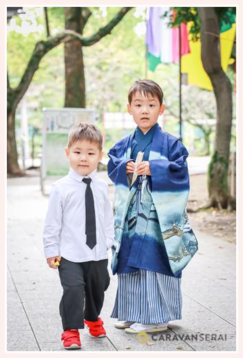 七五三 兄弟の写真 お兄ちゃんは羽織袴 弟君はシャツにネクタイという服装