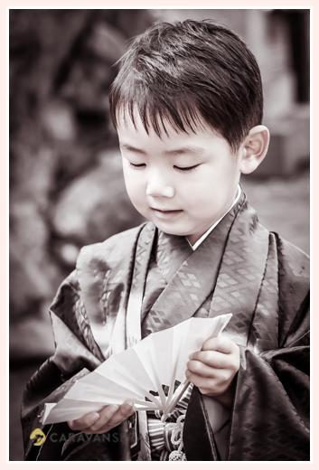七五三 5才の男の子 モノクロ写真 扇子