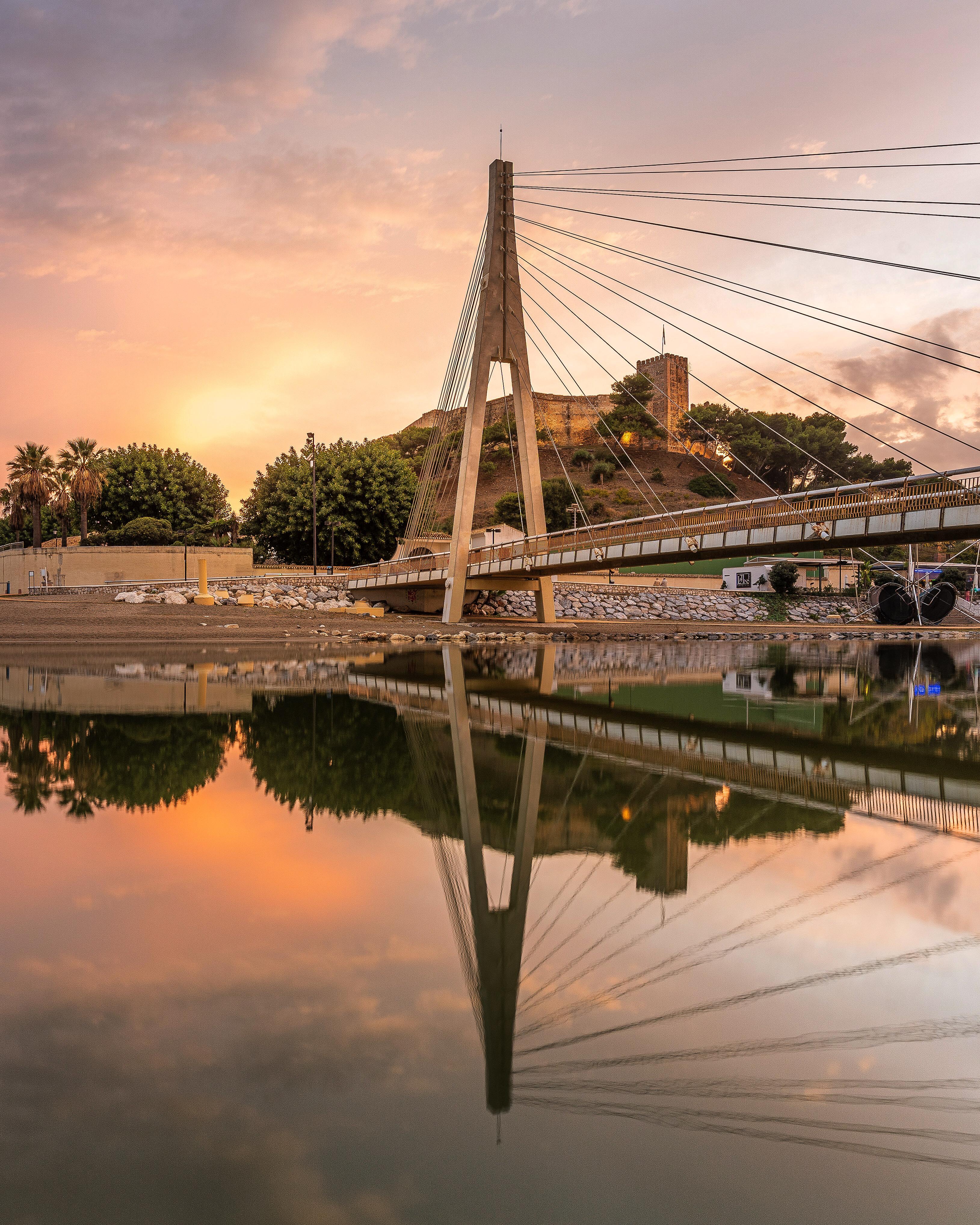 Puente de la Armada española y Castillo Sohail sobre el río Fuengirola.