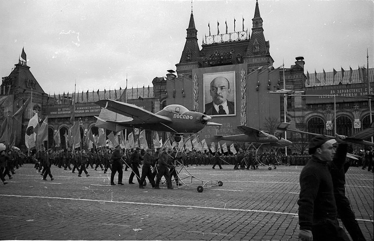 1958.  Демонстрация 1 мая. Красная площадь. Праздничный сувенир.