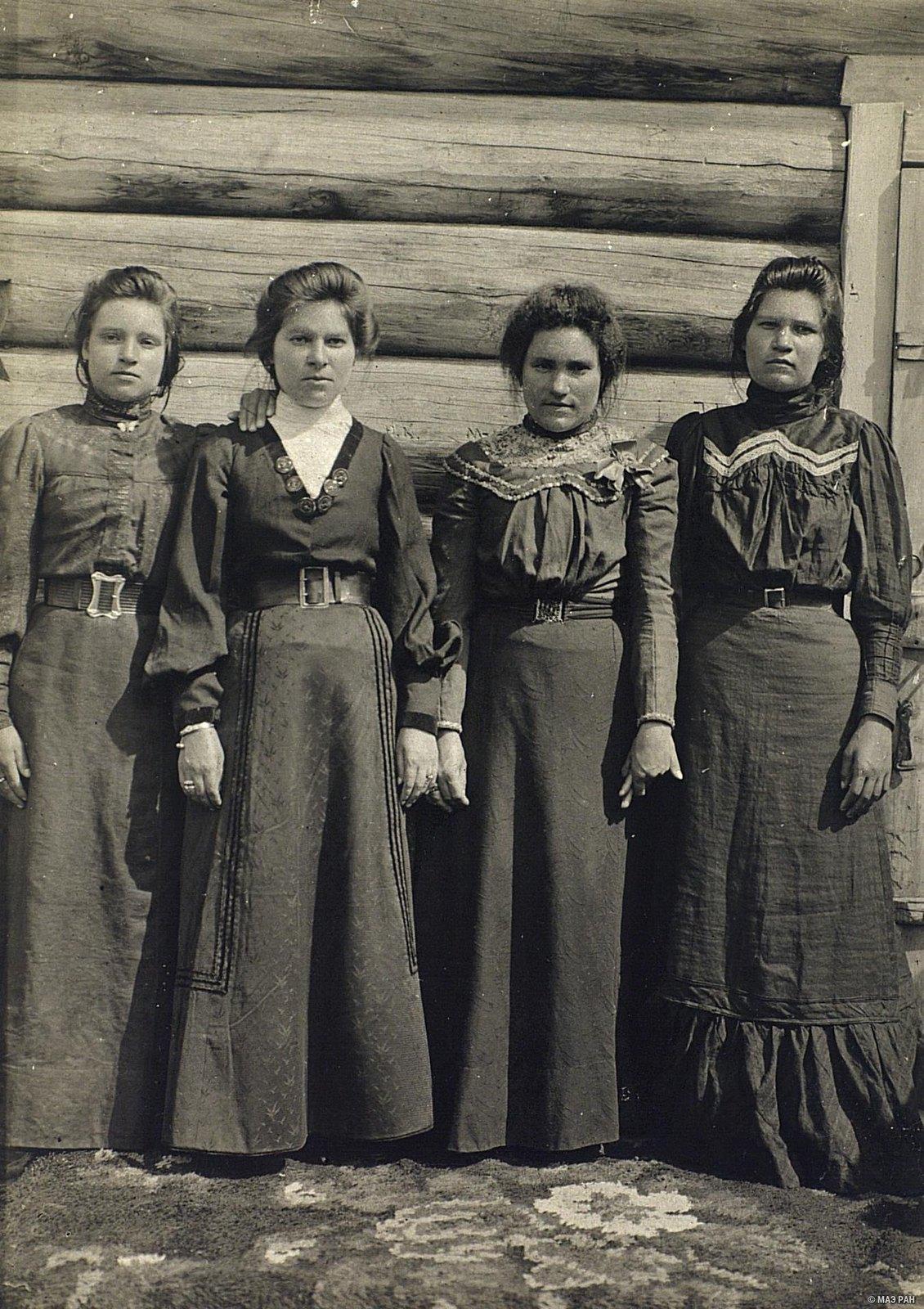 01. Группа крестьянских девушек