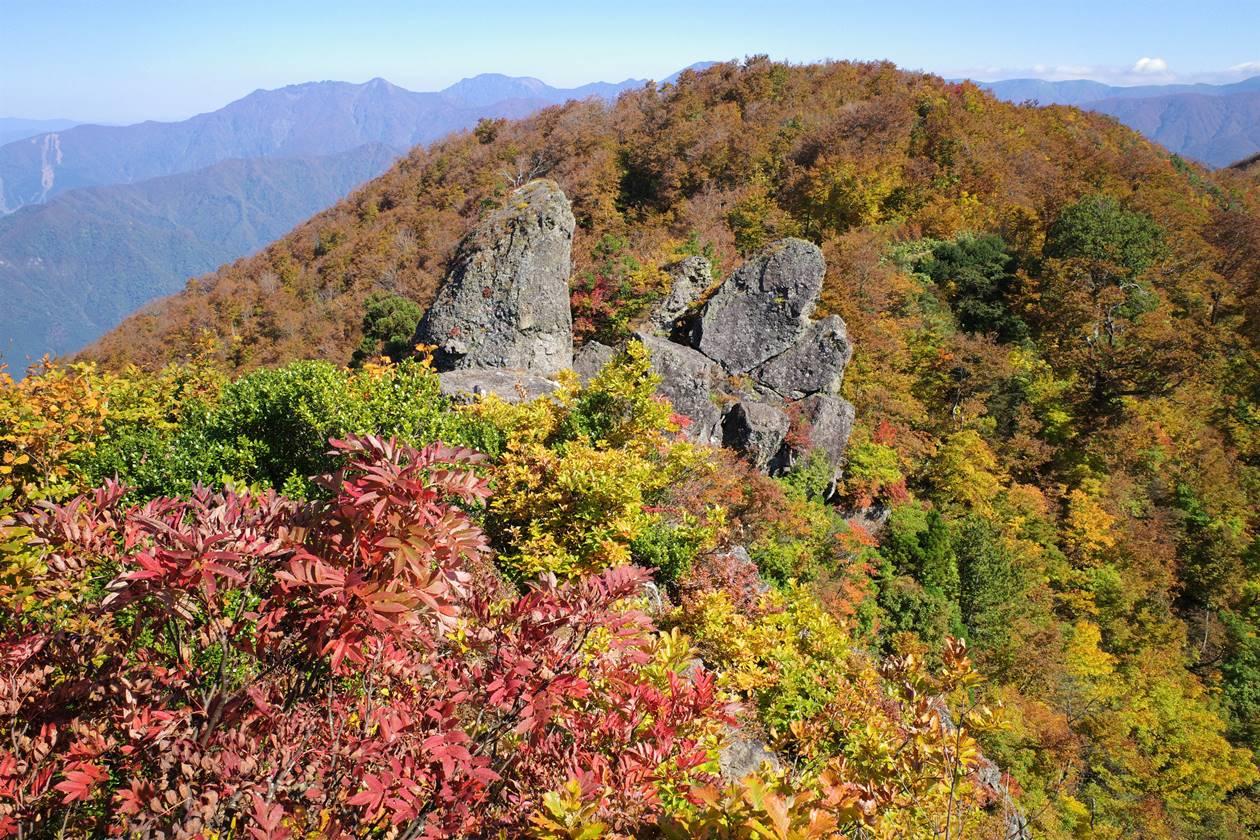 【新潟】金城山登山 山頂の岩場と紅葉風景