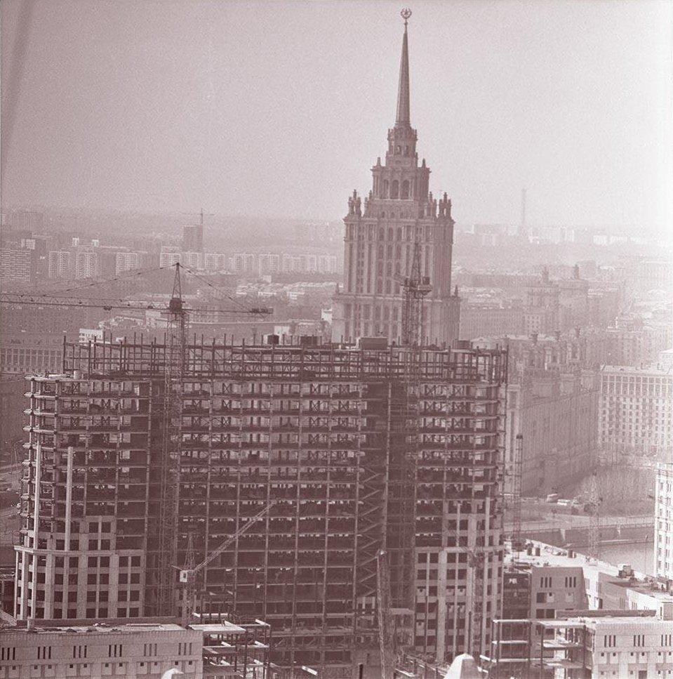 1960-е. Вид на гостиницу «Украина» и строящееся здание Дома Советов РСФСР. Вид с борта вертолета от Краснопресненской улицы