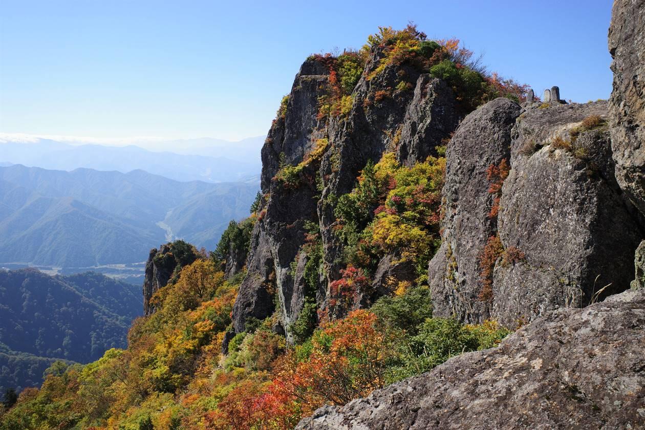 【新潟】金城山登山 山頂の岩峰と紅葉