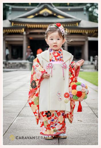 3才の女の子の七五三 花球を手に持って記念撮影