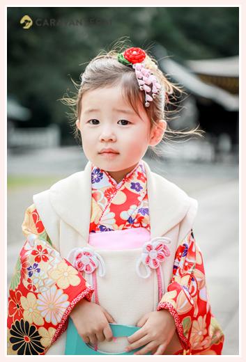 七五三 オレンジの着物に被布を着た3才の女の子