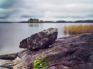 Kiven kanssa rannalla