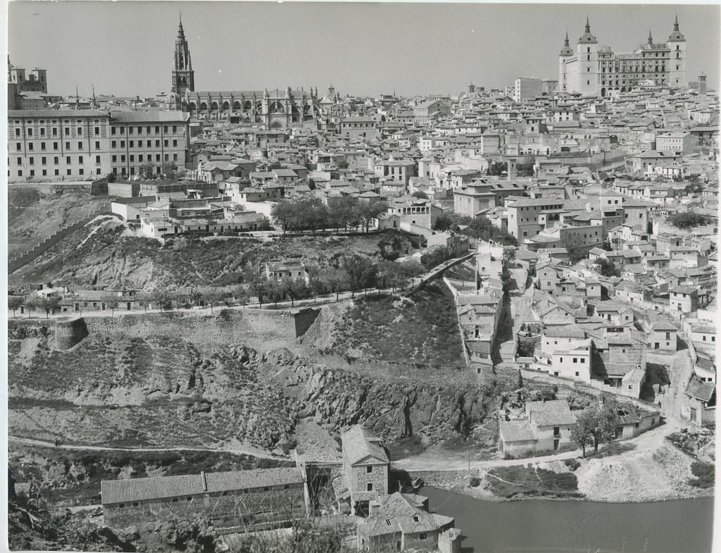 Vista general de Toledo en 1962. Biblioteca Histórica de la Universidad Complutense de Madrid, Archivo personal de Leandro de la Vega.