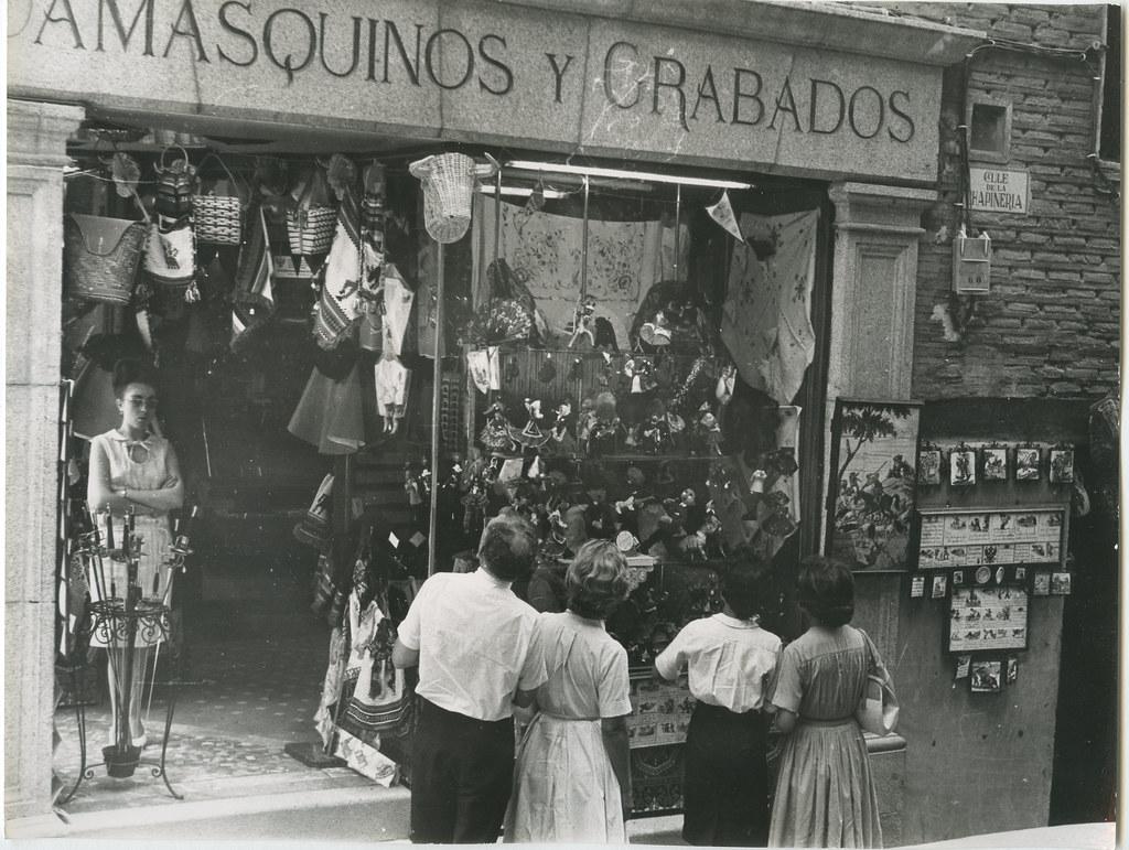 Tienda de recuerdos, damasquinos y grabados en la calle Chapinería en 1962. Biblioteca Histórica de la Universidad Complutense de Madrid, Archivo personal de Leandro de la Vega.