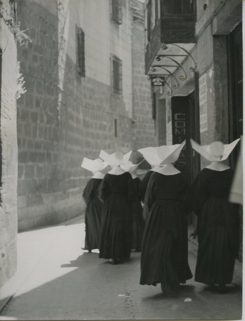 Monjas en la calle de Hombre de Palo en 1962. Biblioteca Histórica de la Universidad Complutense de Madrid, Archivo personal de Leandro de la Vega.