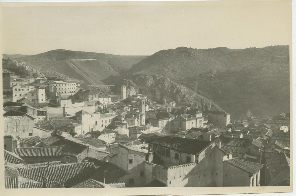 Vista del caserío toledano desde una torre en 1962. Biblioteca Histórica de la Universidad Complutense de Madrid, Archivo personal de Leandro de la Vega.