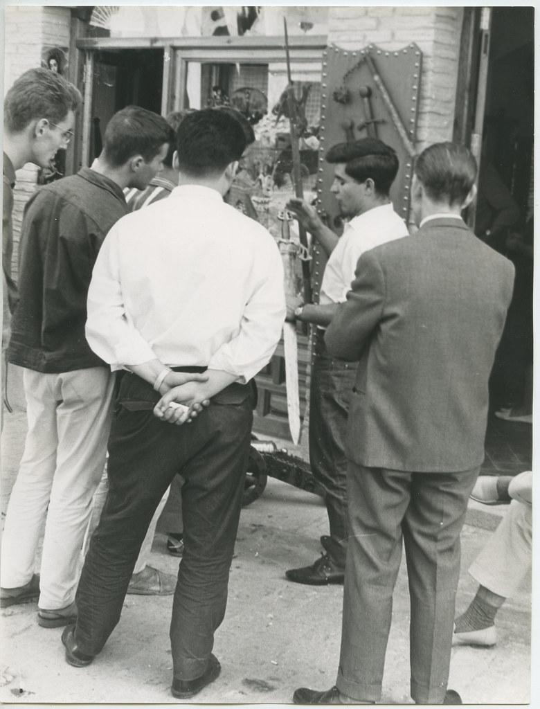 Comprando una espada en 1962. Biblioteca Histórica de la Universidad Complutense de Madrid, Archivo personal de Leandro de la Vega.