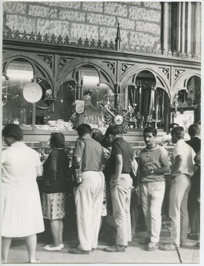 Tienda de espadas y damasquinado en 1962. Biblioteca Histórica de la Universidad Complutense de Madrid, Archivo personal de Leandro de la Vega.