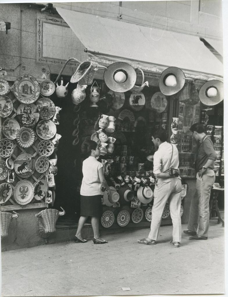 Tienda de cerámica y recuerdos en 1962. Biblioteca Histórica de la Universidad Complutense de Madrid, Archivo personal de Leandro de la Vega.