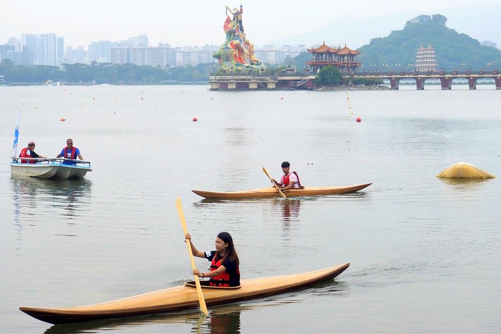 國產材獨木舟現蹤蓮池潭 精緻工藝在水上運動展特色