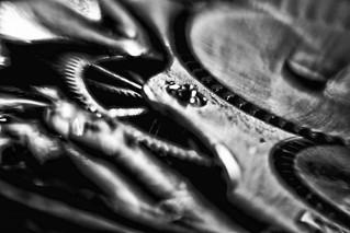Time - Uhr – Dutch Angle Industrie Produkt Schwarz Weiß Makro Kunst Fotografie
