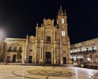 Notturno : Acireale piazza duomo- basilica dei Ss,Pietro&Paolo.