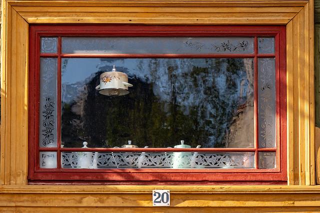 Blankenburg (Harz): Fenster über dem Eingang des Hauses Bäuersche Straße 20, in dem sich eine Restaurierungswerkstatt befindet - Window above the front door of the house no. 20 Bäuersche Straße, in which a restoration workshop is located