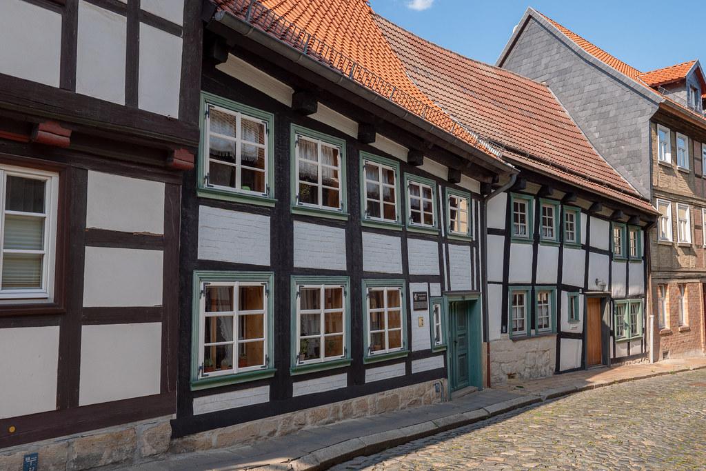 Blankenburg (Harz): Fachwerkhäuser Bäuersche Straße 16 und 17 Das Haus Nr. 16 (mit der Tafel neben der Tür) ist das älteste Haus in der Stadt