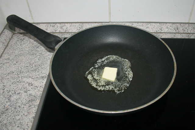 03 - Melt butter in pan / Butter in Pfanne zerlassen