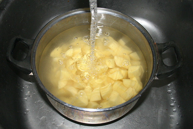 25 - Cover potatoes with water / Kartoffeln mit Wasser bedecken