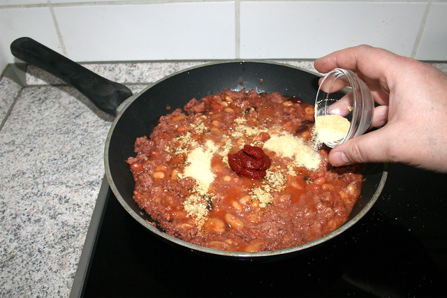 17 - Add chicken stock, tomato puree, granulated onion & garlic / Hühnerbrühe, Tomatenmark, Knoblauch- & Zwiebelpulver addieren