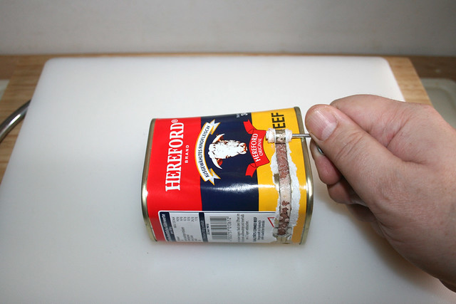 11 - Open corned beef can / Corned-Beef-Dose öffnen