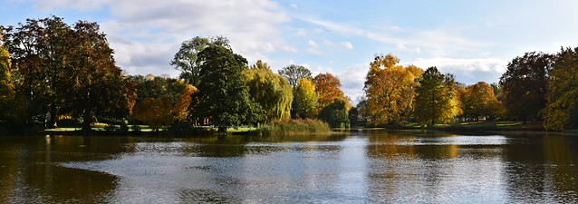Autumn colours on the Maschteich (Masch Pond) in Hanover, Germany