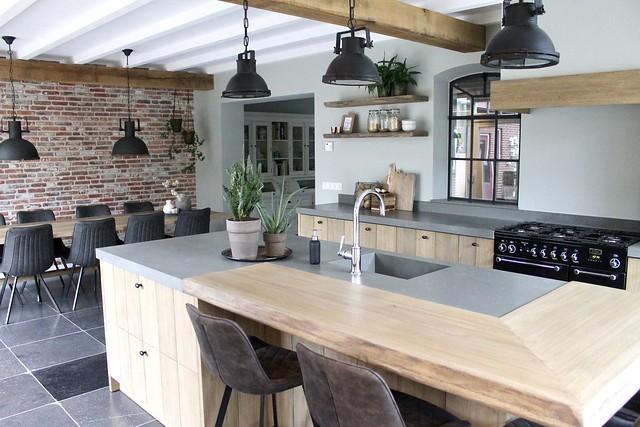 Landelijke houten keuken met werkeiland ontbijtbar