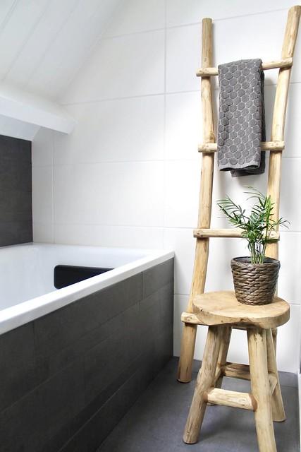Ladder met handdoek landelijke badkamer