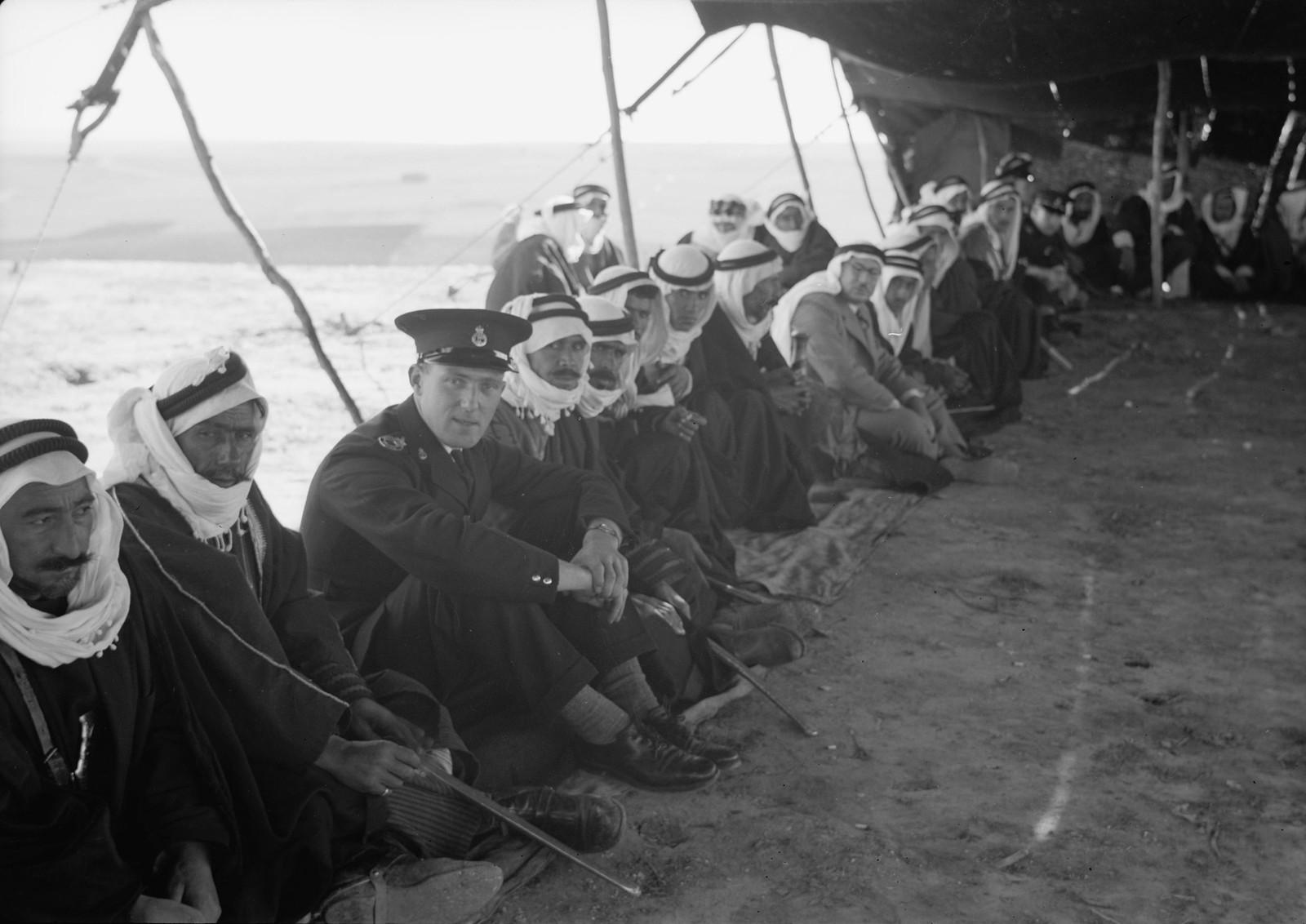 12. Шейхи бедуинов и остальные гости сидят в палатке для приёмов, сотканной из шерсти черных коз