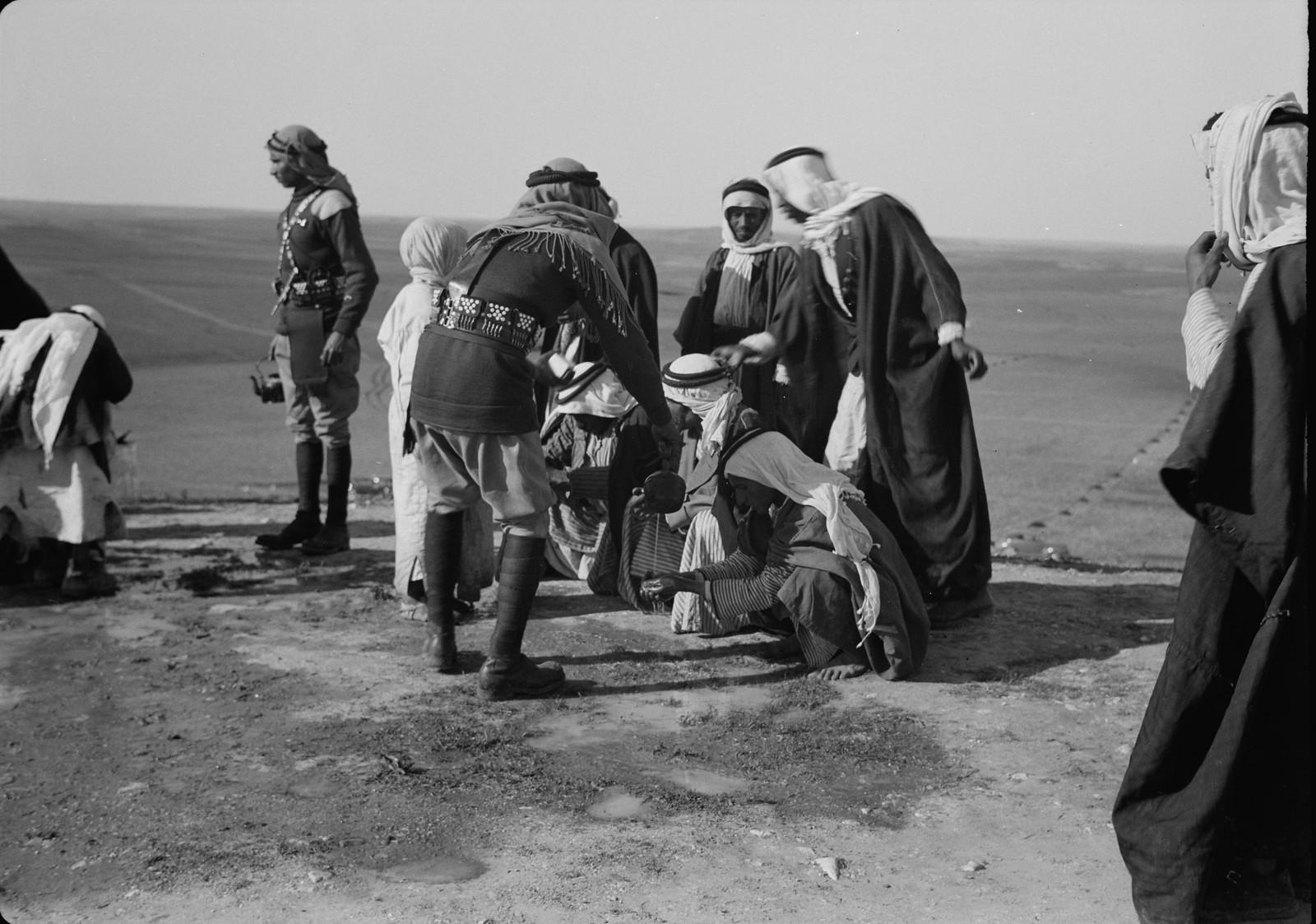 22. Мытье рук после еды в истинно бедуинском стиле