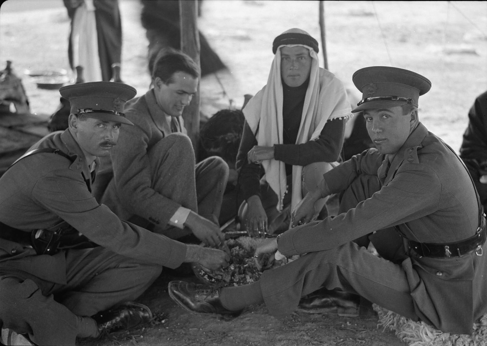 17. Кристофер Холм и Г. В. Белл со своими офицерами обедают в восточном стиле, крупным планом