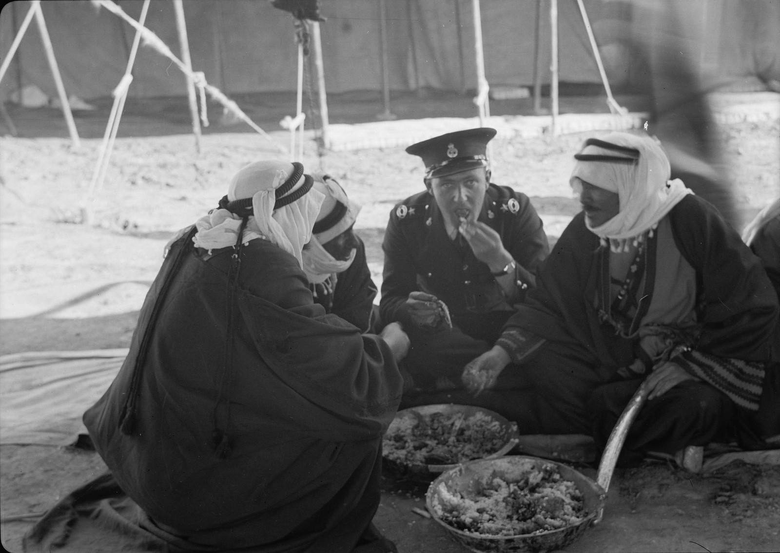 15. Группа шейхов и инспектор Стивенс обедают вместе