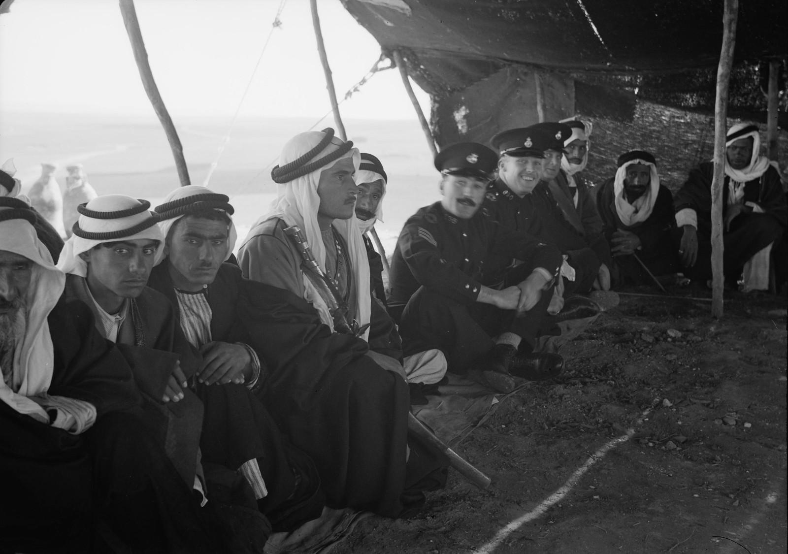 13. Шейхи бедуинов и остальные гости сидят в палатке для приёмов, сотканной из шерсти черных коз