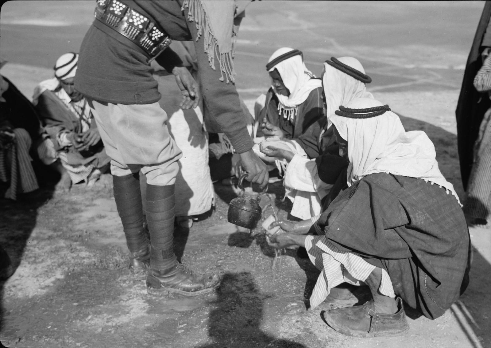 23. Мытье рук после еды в истинно бедуинском стиле