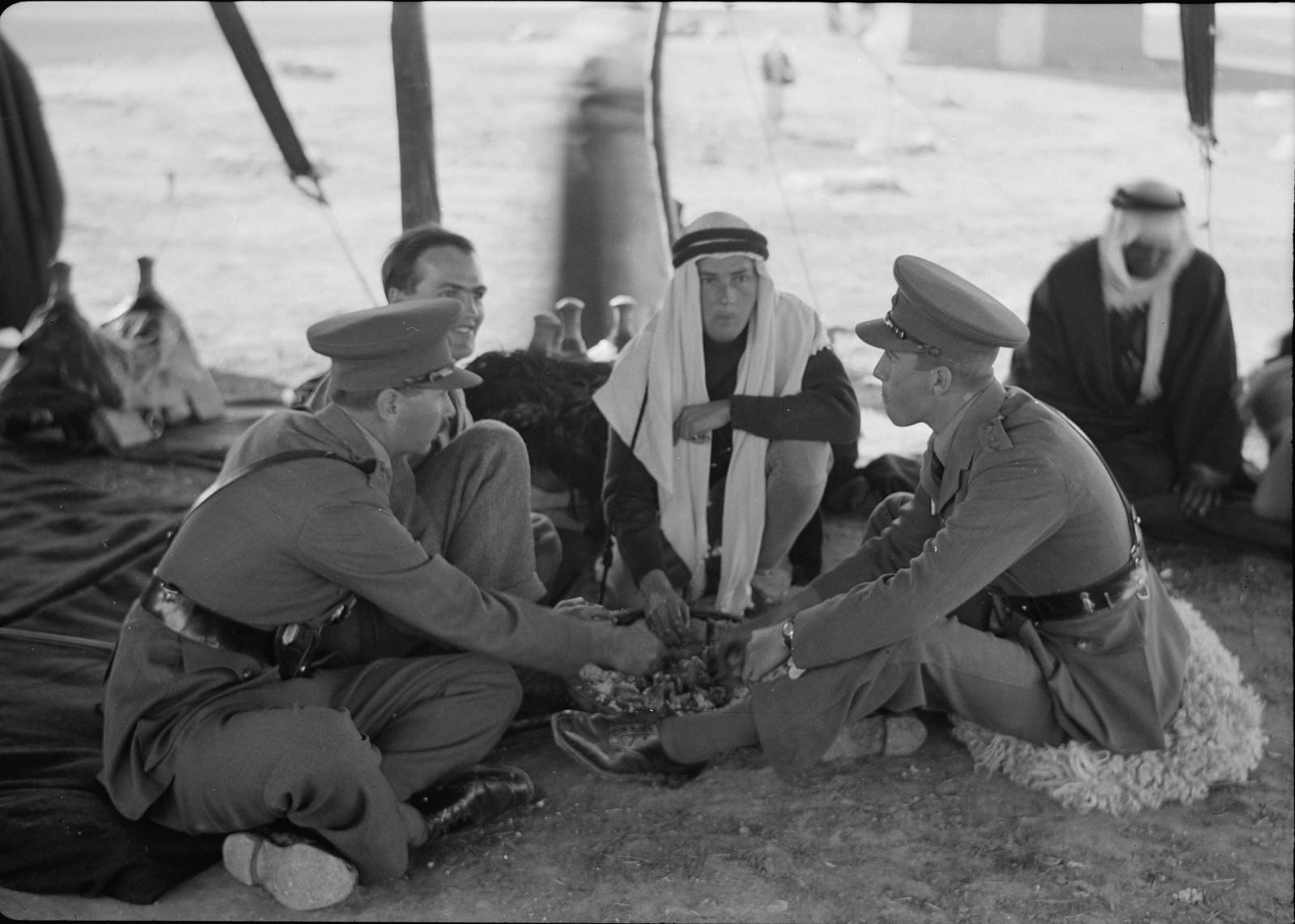 16. Кристофер Холм и Г. В. Белл со своими офицерами обедают в восточном стиле