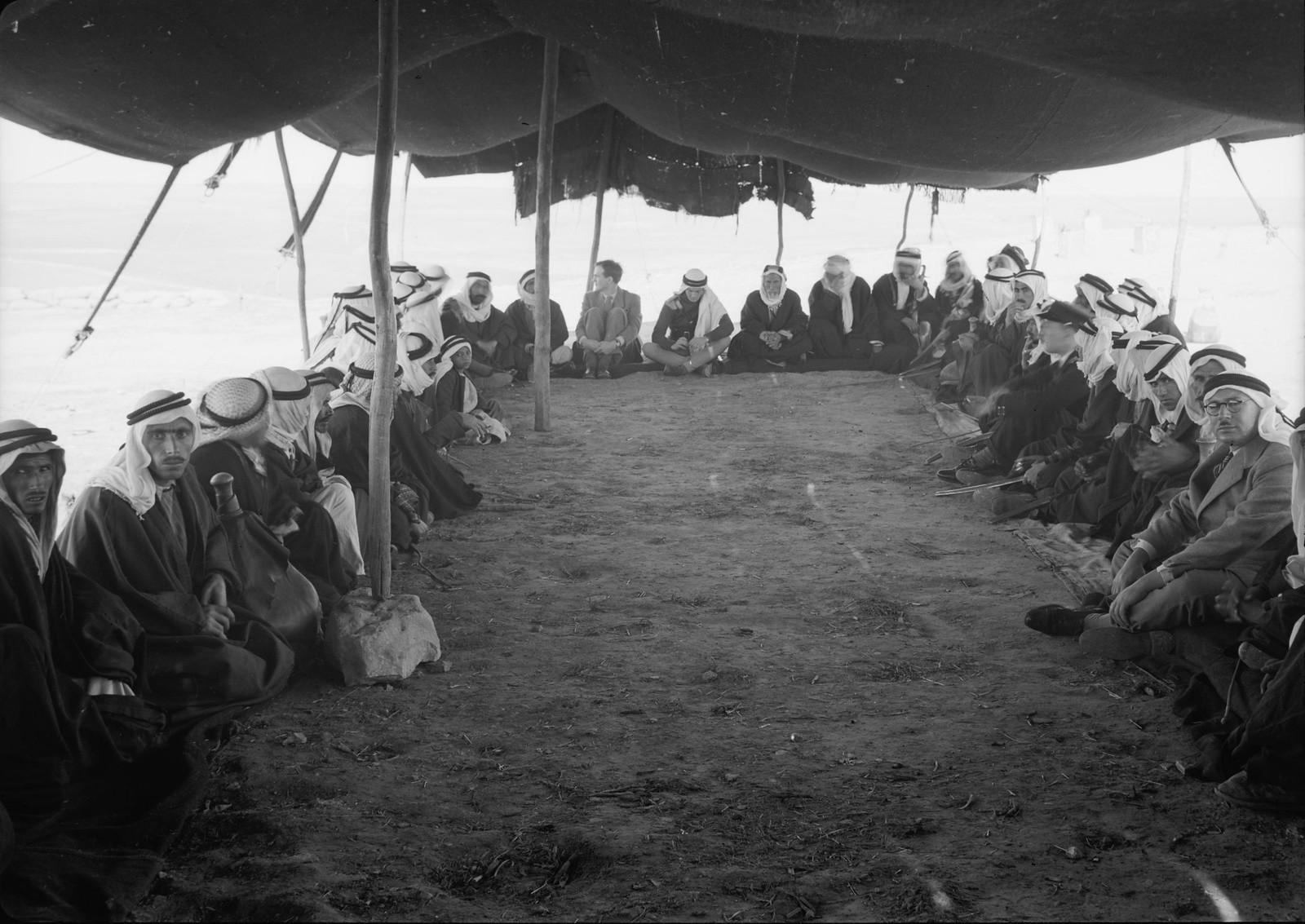 11. Шейхи бедуинов и остальные гости сидят в палатке для приёмов, сотканной из шерсти черных коз