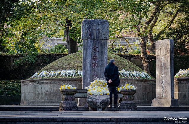 Paying respects at the tombstone of Yue Fei
