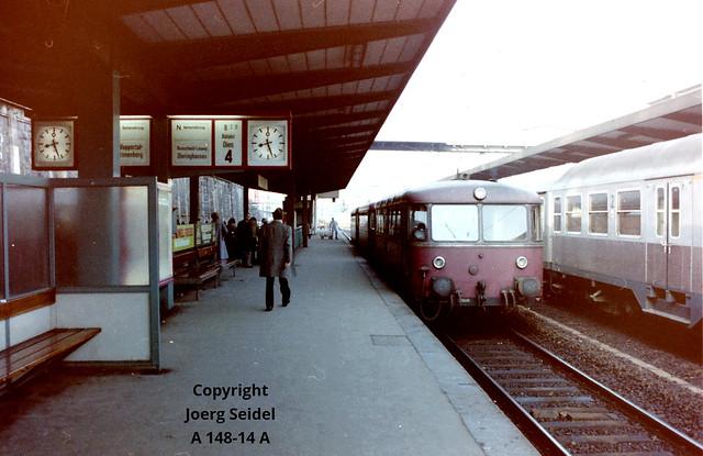 DE-42103 Wuppertal Hauptbahnhof Deutsche Bundesbahn Schienenbus VT98 nach Dieringhausen im März 1980