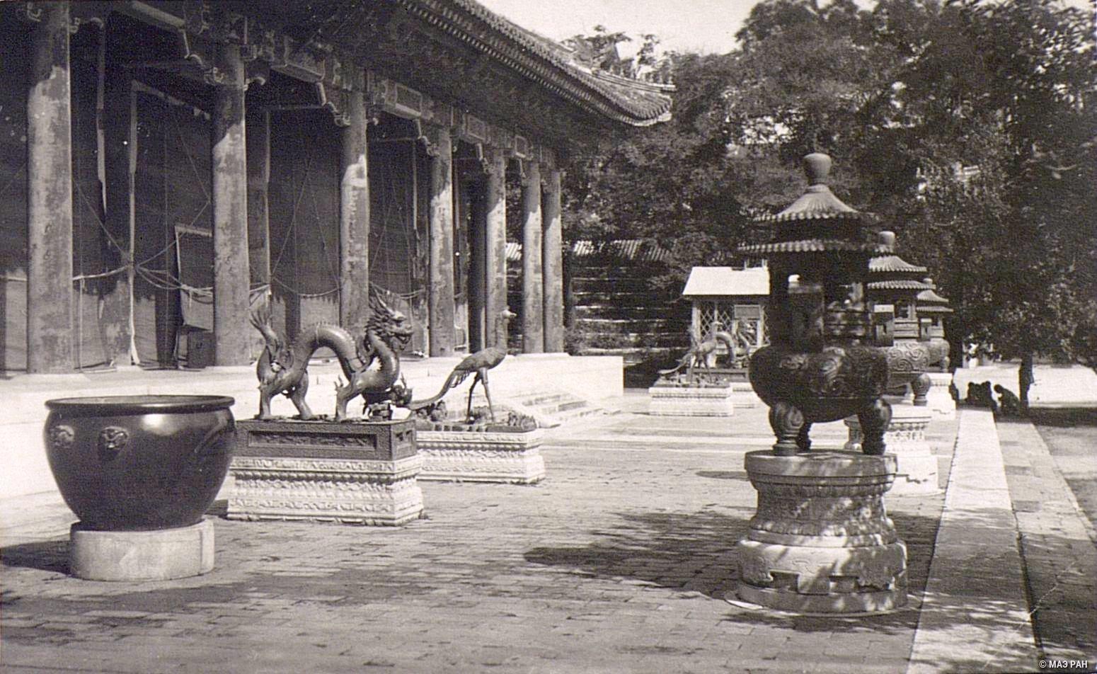 Парк Ихэюань. Курильницы и изображения драконов и птиц перед павильоном в летнем дворце