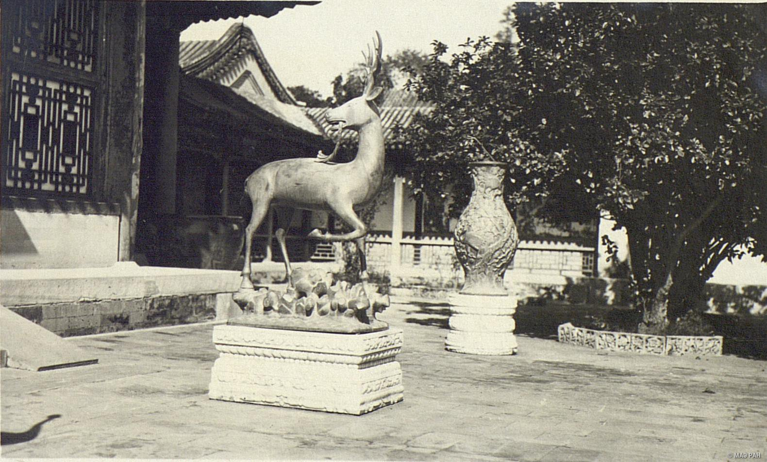 Парк Ихэюань. Изображение оленя перед павильоном Лэшоутан (зал радости и долголетия) в летнем дворце