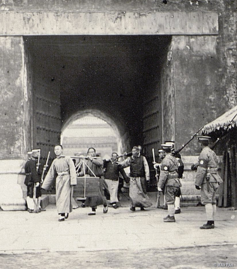 Изгнание прислуги из императорского дворца под конвоем военных и полиции