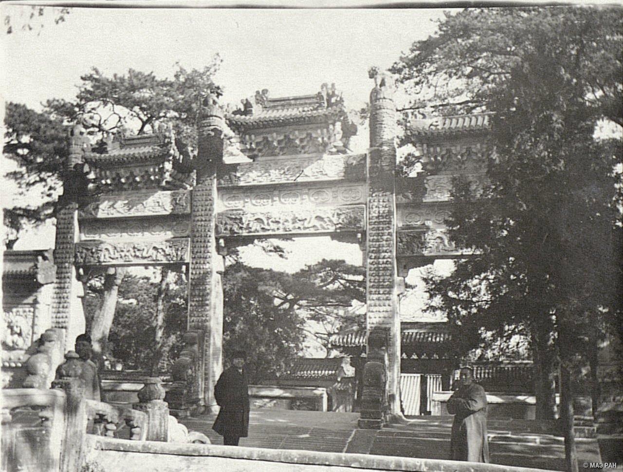 Ворота храма, где временно хранились останки Сунь Ятсена (1866-1925), основателя политической партии Гоминдан