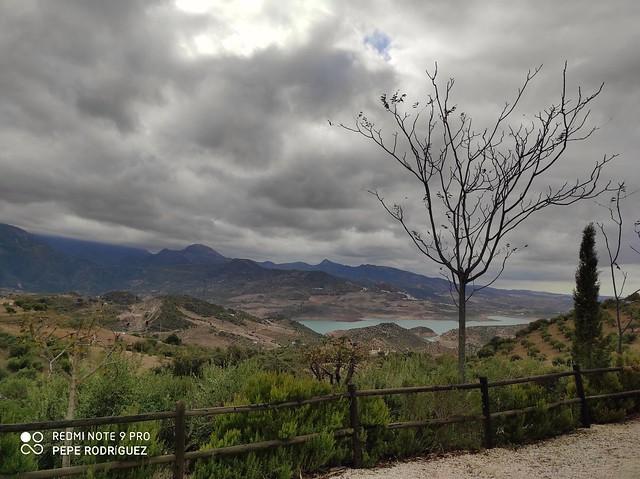 Zahara de la Sierra bajo un manto de nubes