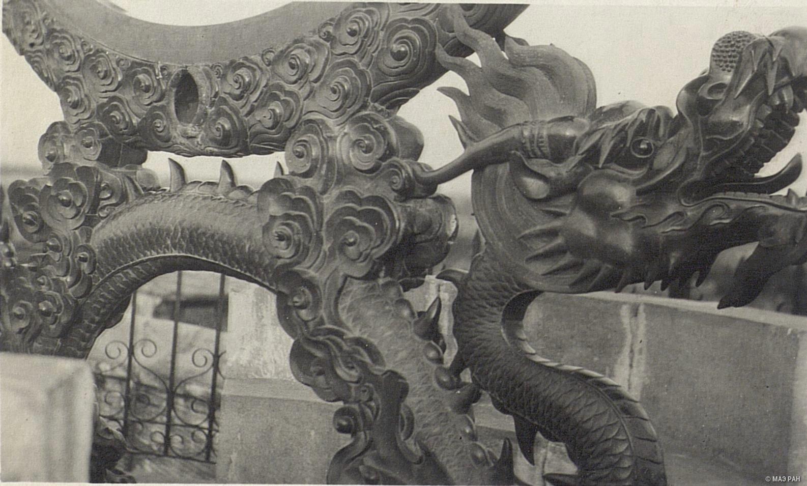Пекинская обсерватория. Фрагмент украшения бронзовой сферы в виде дракона